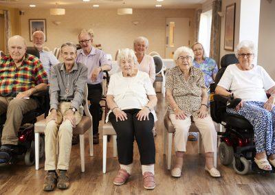 groupe de personnes agées retraités en résidence privée pour aînés à Waterloo au environ de Bromont - Résidence Primevère à Waterloo